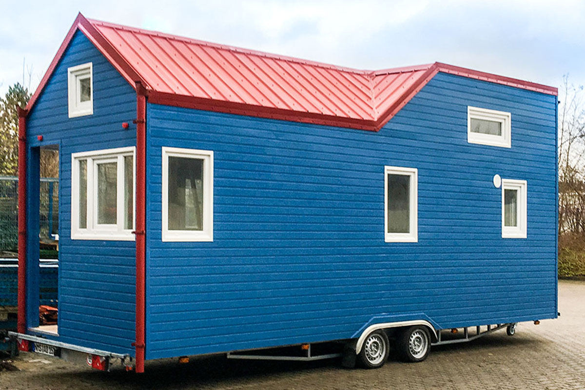 rolling tiny house in brillantblau. Black Bedroom Furniture Sets. Home Design Ideas