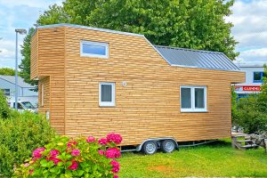 Rolling Tiny House mit Thermoholz-Fassade